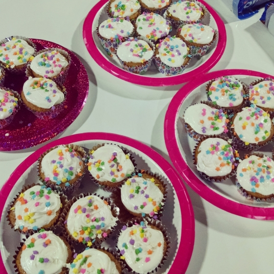 A picture of decorated cupcakes.